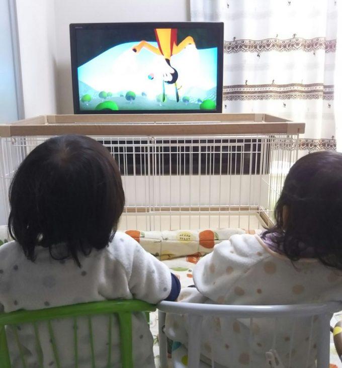 仲良くテレビから離れて視聴