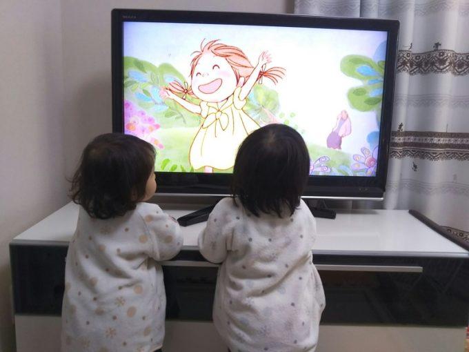 テレビにぴったり近づく子供