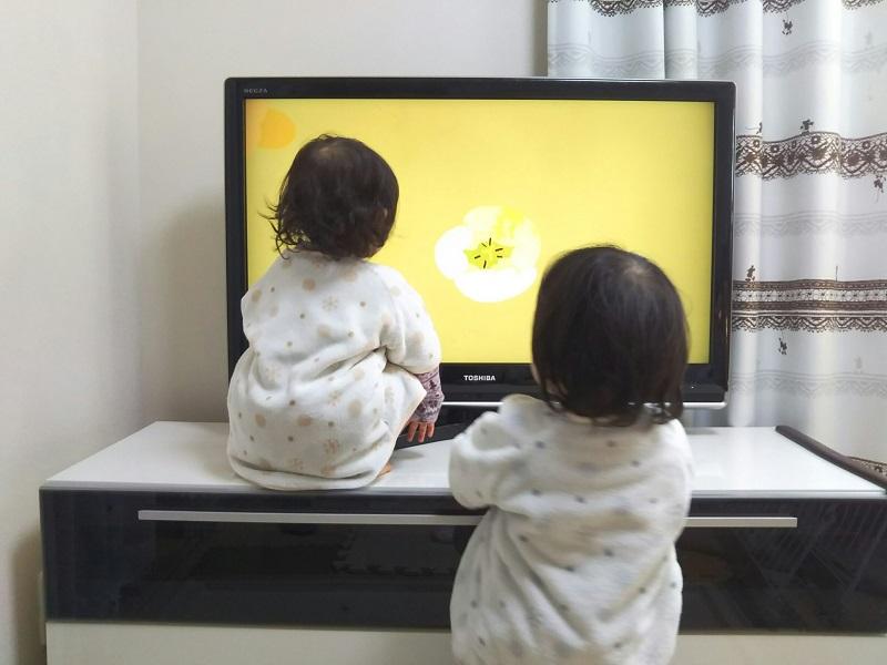 液晶テレビ画面を触る子供